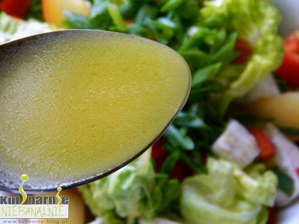Sałatka z serem camembert i śliwką